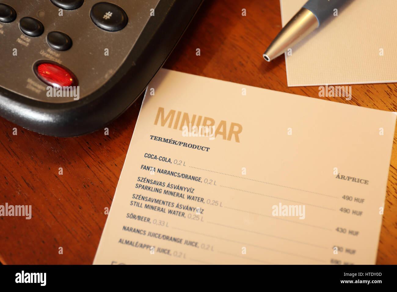 Hotel Zimmer Minibar Menü mit Telefon und Stift Stockfoto, Bild ...