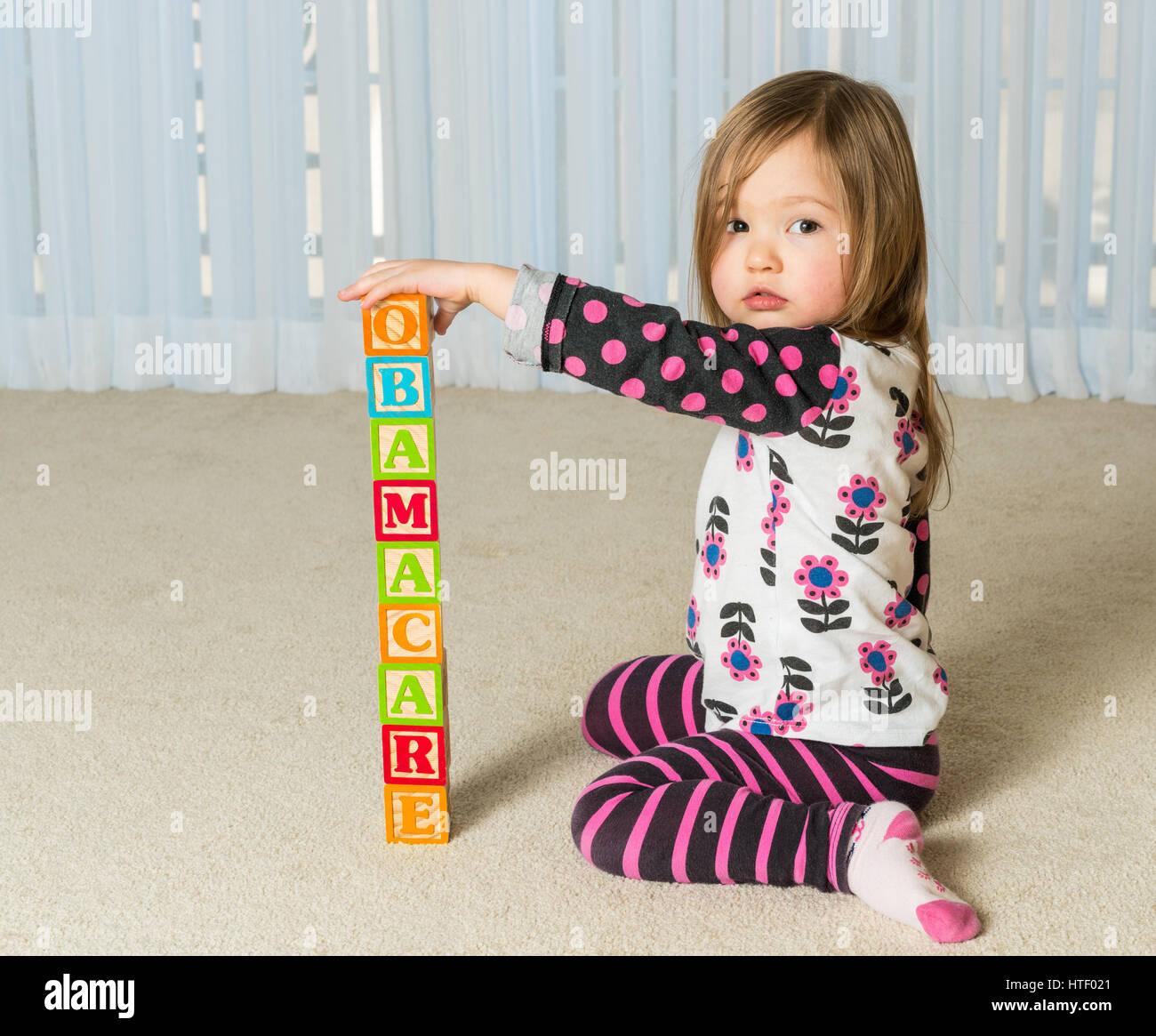 Junge Weibliche Kleinkind Bauen Einen Turm Aus Holzblöcken Zu Hause