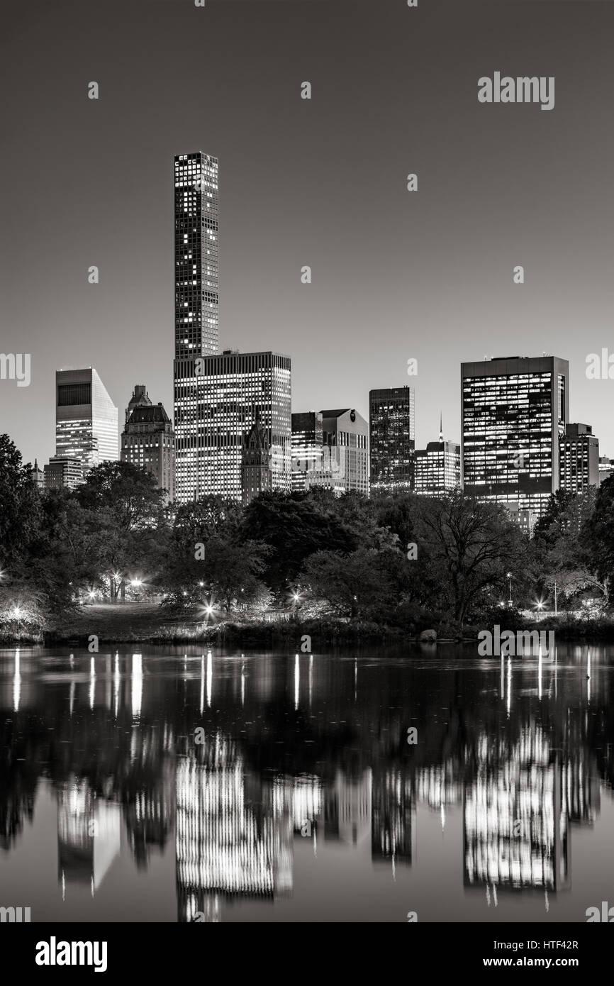 Midtown Wolkenkratzer reflektieren den Central Park-See in der Dämmerung. & Schwarz. Manhattan, New York Stockbild