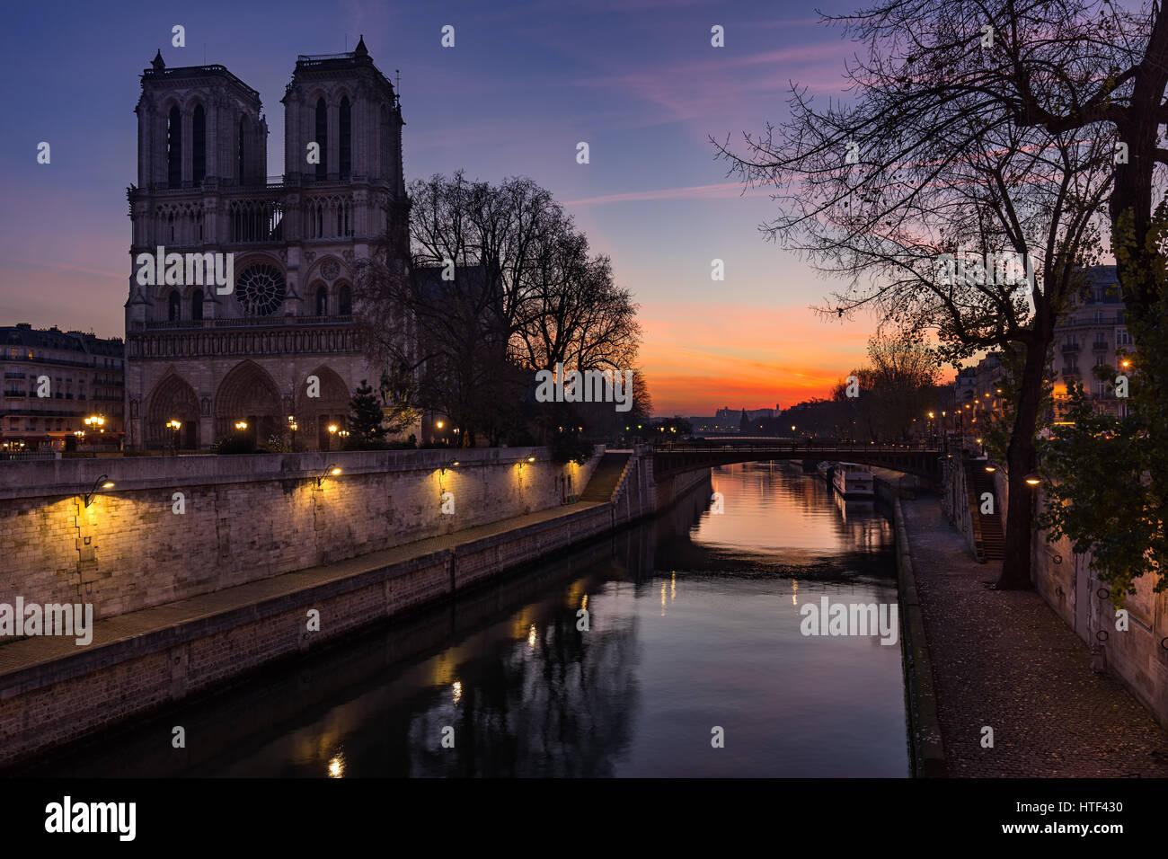 Kathedrale Notre Dame de Paris bei Sonnenaufgang mit dem Fluss Seine. Ile De La Cite. 4. Arrondissement, Paris, Stockbild