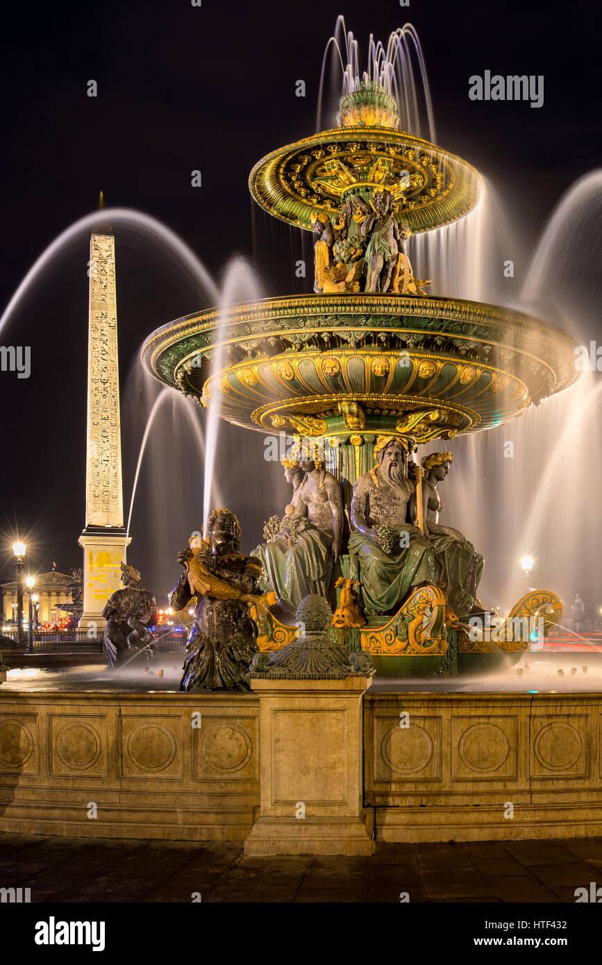 Der Brunnen des River Commerce und Navigation (Fontaine des Fleuves) und der Obelisk in der Nacht. Platz De La Concorde, Stockbild