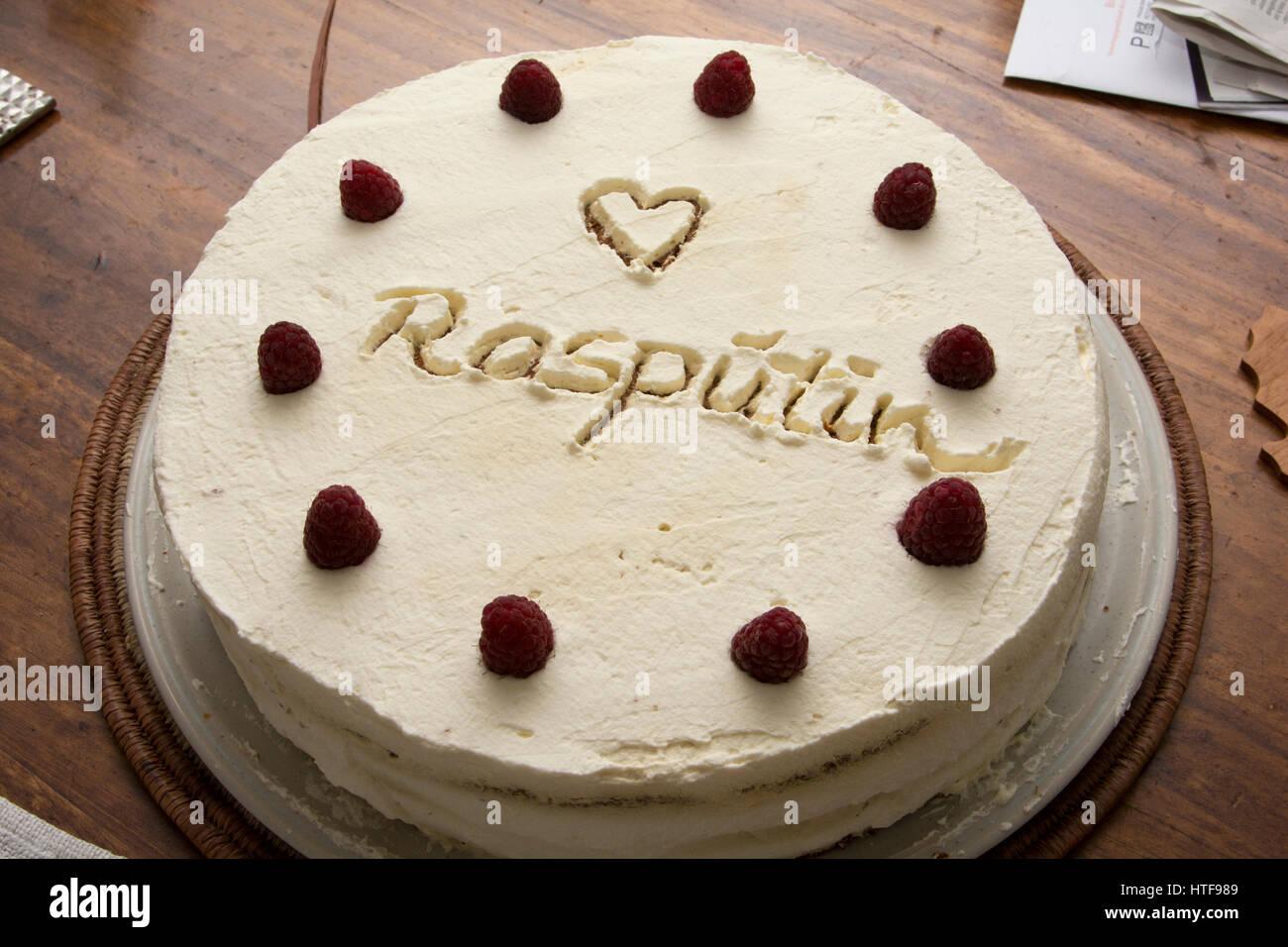Ein hausgemachter Kuchen serviert ornamentic Dekorationselemente ...
