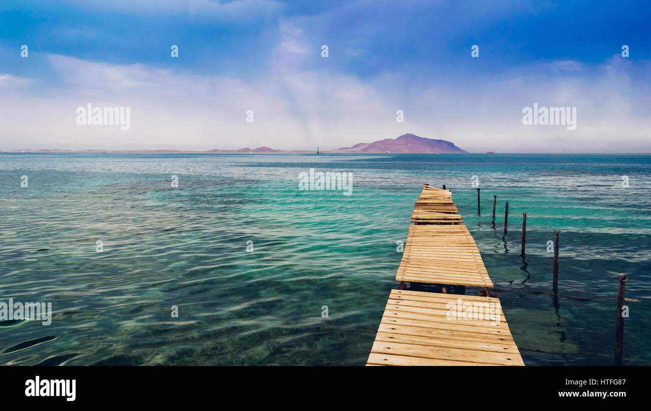 Baufälligen Pier im Roten Meer. Tiran Insel auf Hintergrund. Stockbild