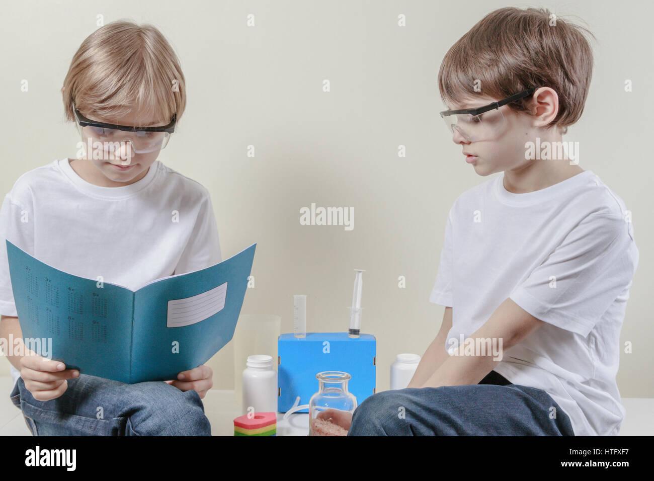 Kinder vorbereiten, wissenschaftliche Experimente zu machen. Bildung, Wissenschaft-Konzept Stockbild
