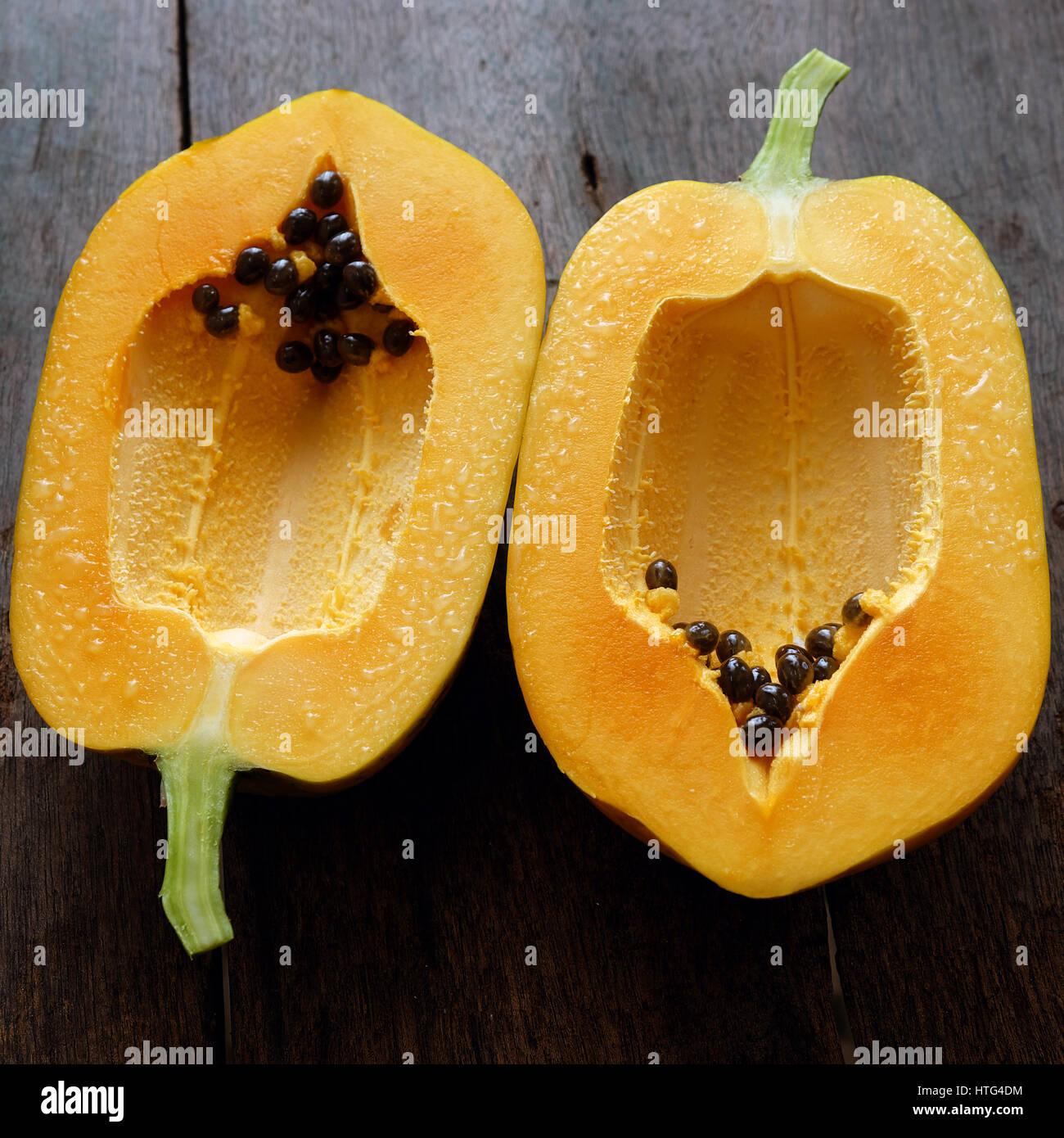 Papaya auf hölzernen Hintergrund, tropische Früchte, reich Faser, Vitamin A, C, E, machen gesundes Herz, Stockbild