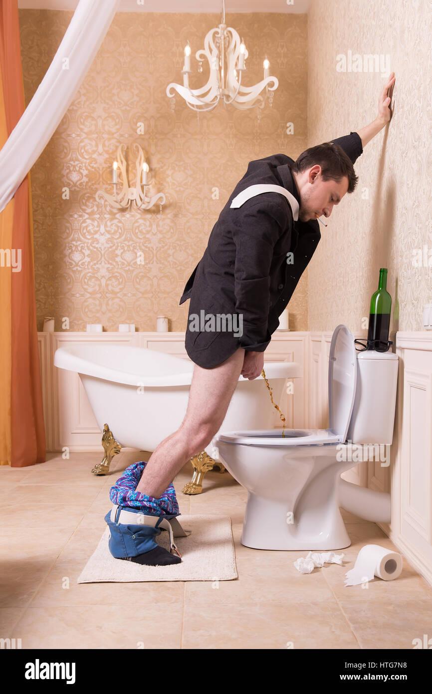 Lustig Betrunkener Mann Urin In Die Wc Schussel Badezimmer