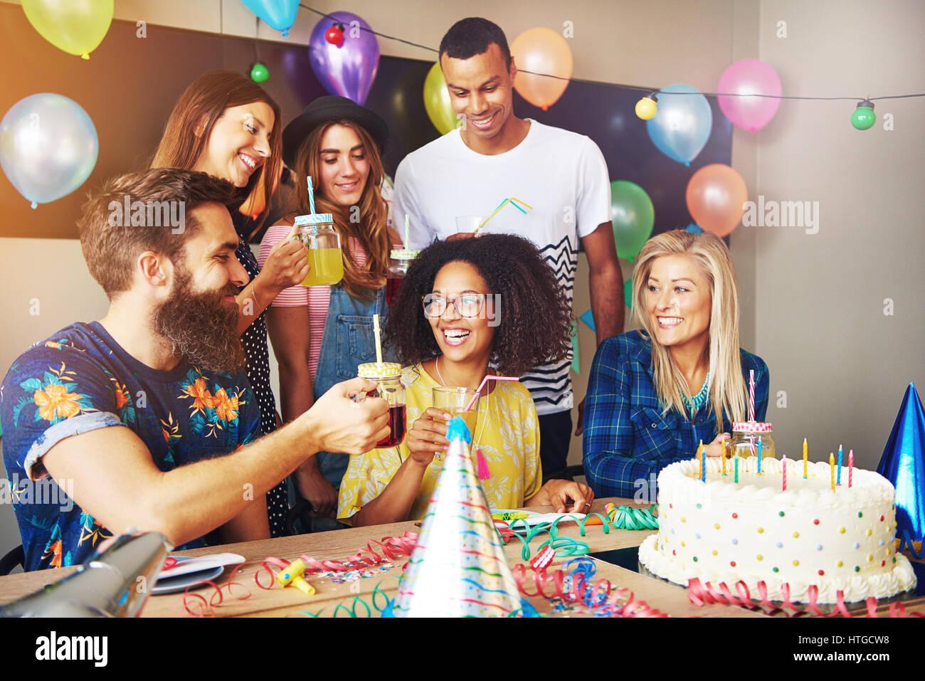 gruppe von freunden meinen geburtstag zu feiern f r die party zuhause bunte ballons und. Black Bedroom Furniture Sets. Home Design Ideas