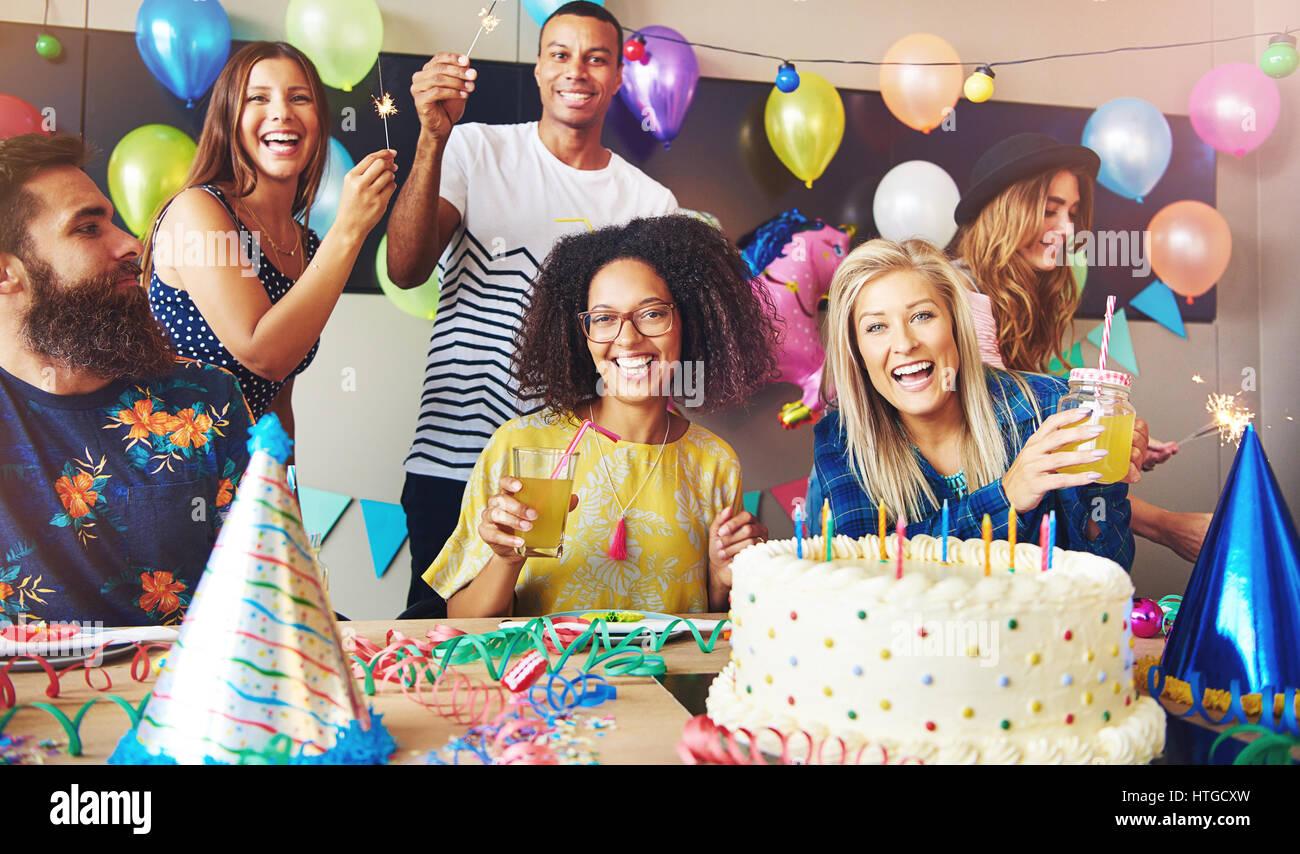 Sechs Junge Erwachsene Feiern Geburtstag Halten Sie Getranke Wie