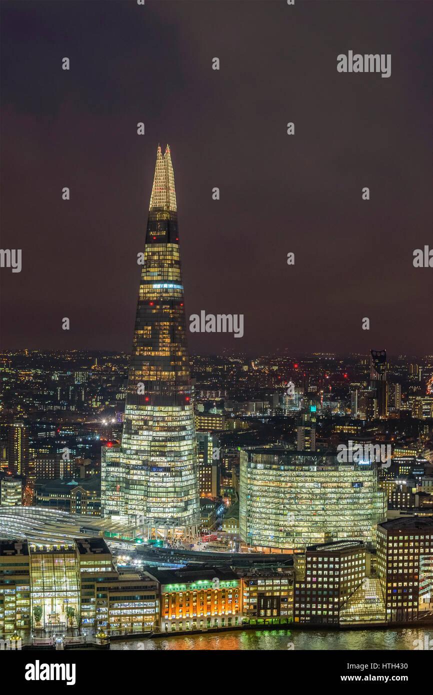 Nachtaufnahme der städtischen London mit dem Shard Wolkenkratzer und der Thames River bei Sonnenuntergang gegen Stockbild
