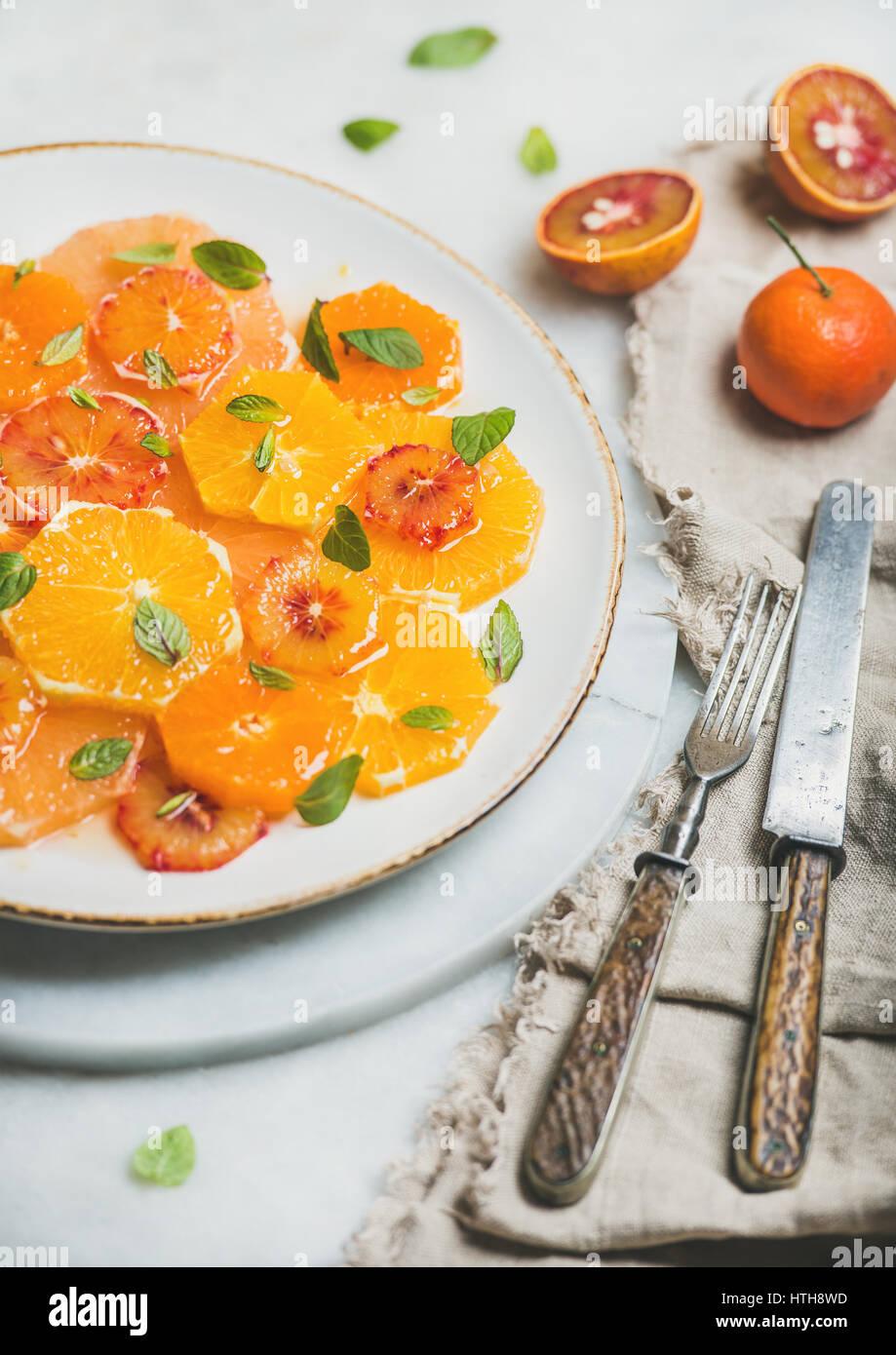 Vegetarische gemischte Zitrusfrüchte Fruchtsalat mit Minze und Honig Stockbild