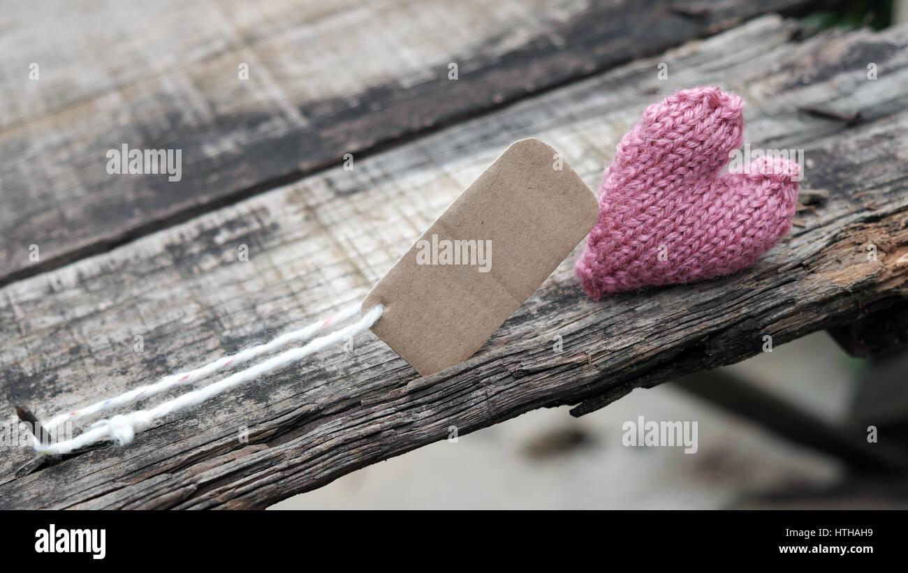 Scheidung-Hintergrund mit gebrochenem Herzen und Meldung auf Holz, unglückliche Ehe und Ehebruch Problem machen Stockbild