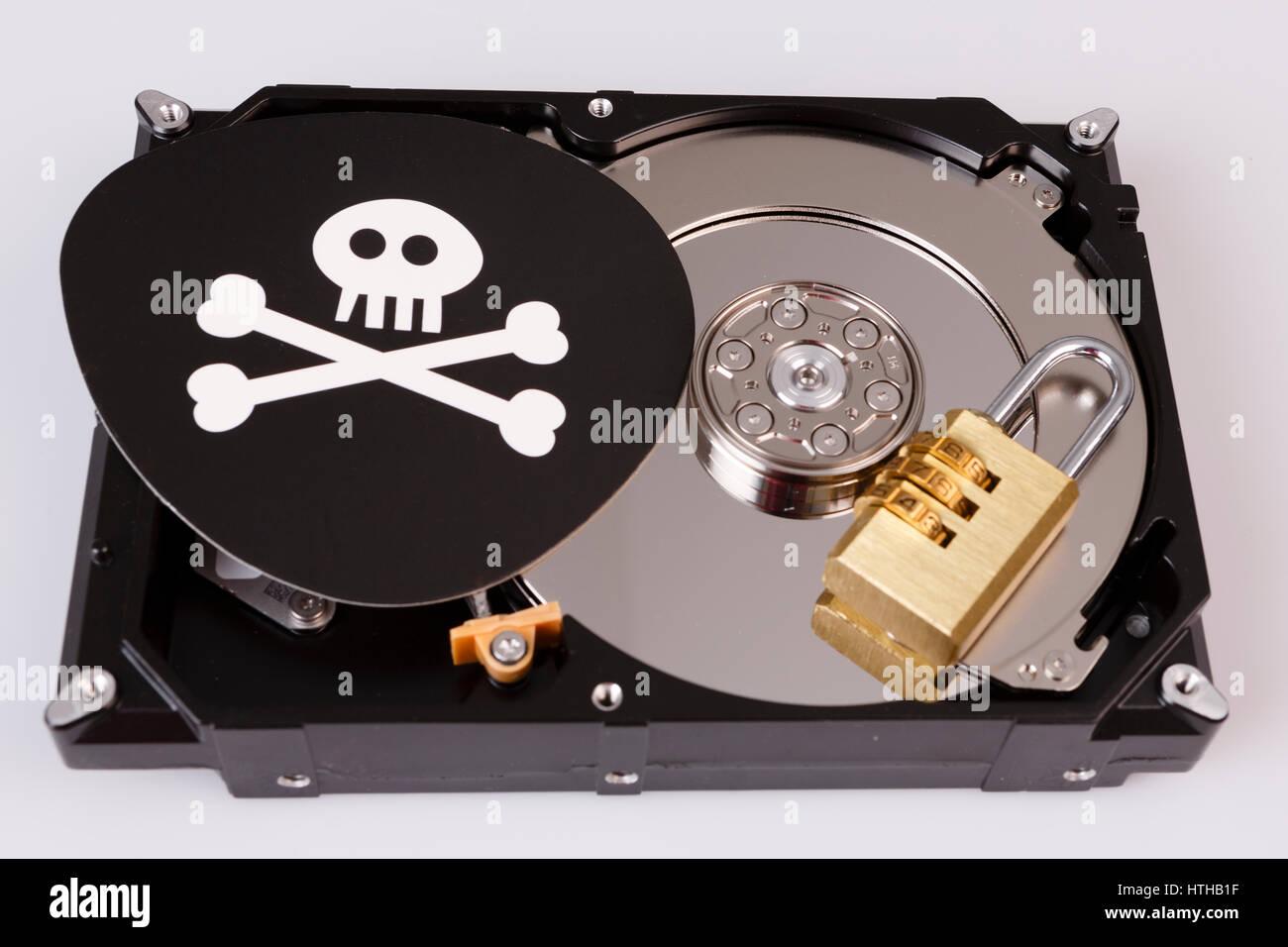 Totenkopf mit Knochen und Festplatte vom Computer, Ransomware Cyber Security-Konzept, Virus, Malware, Stockbild