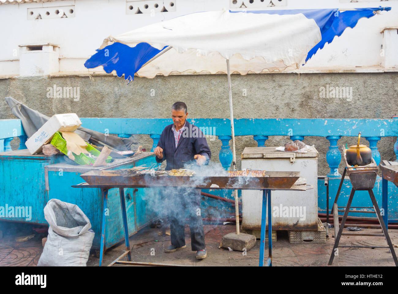 Mann, Grillen, Sardinen, kommunale Marche, Hauptmarkt, Sidi Ifni, Guelmim-Oued Region, Marokko Stockbild