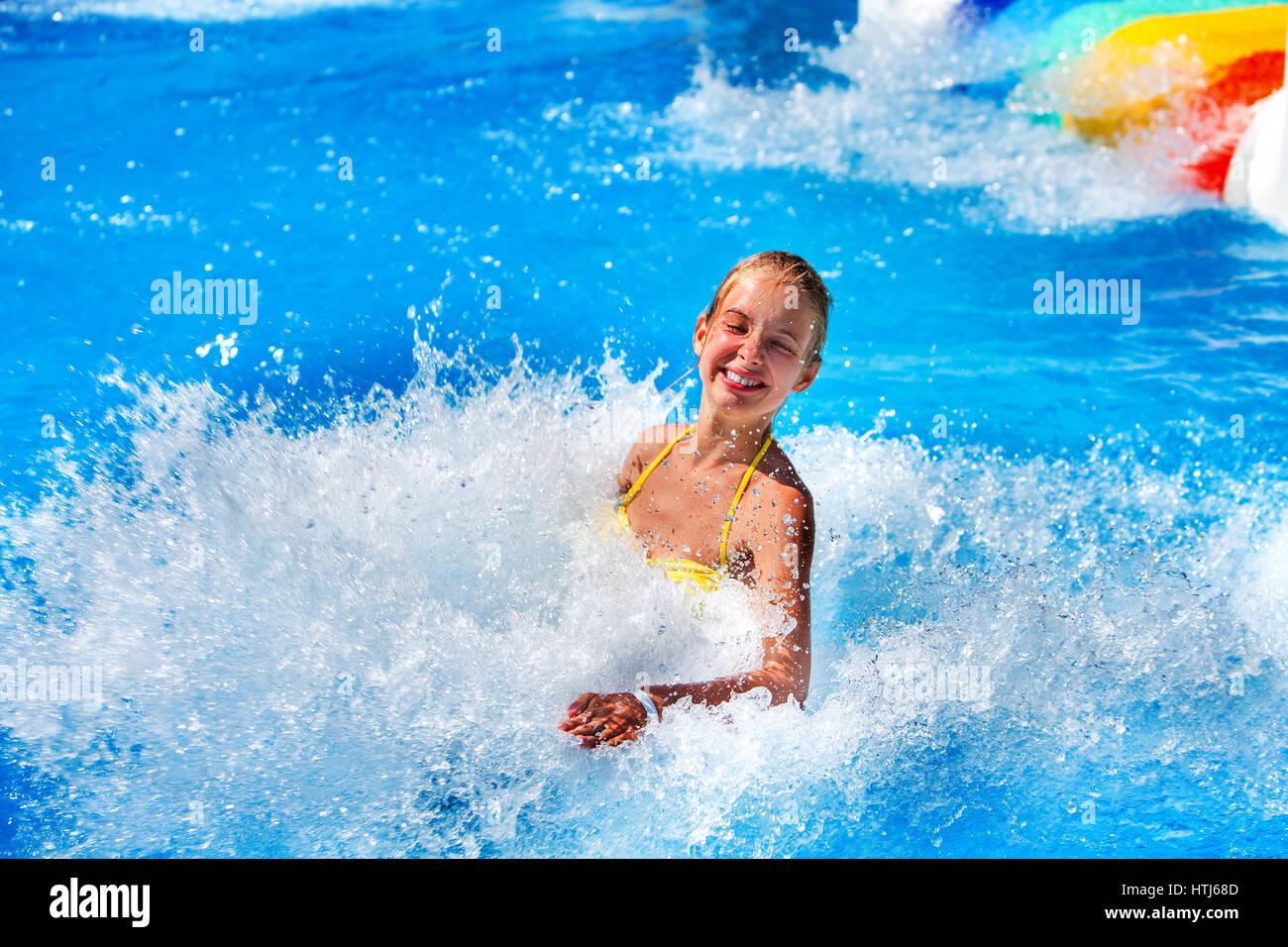 Schwimmbad Folien Für Kinder Auf Dem Wasser Rutschen Im Aquapark.