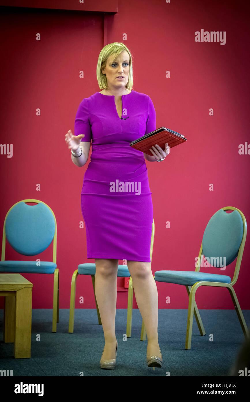 TV-Persönlichkeit Steph McGovern veranstaltete die Qualifikationsdefizite und Fokus Business Debatte statt, Stockbild