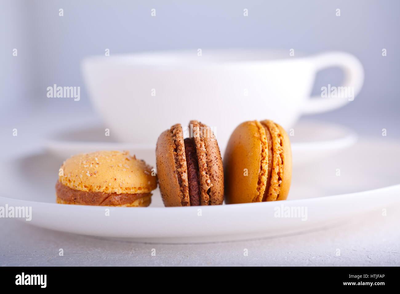 Französische Macarons Mandelgebäck mit einer Tasse Tee Stockbild