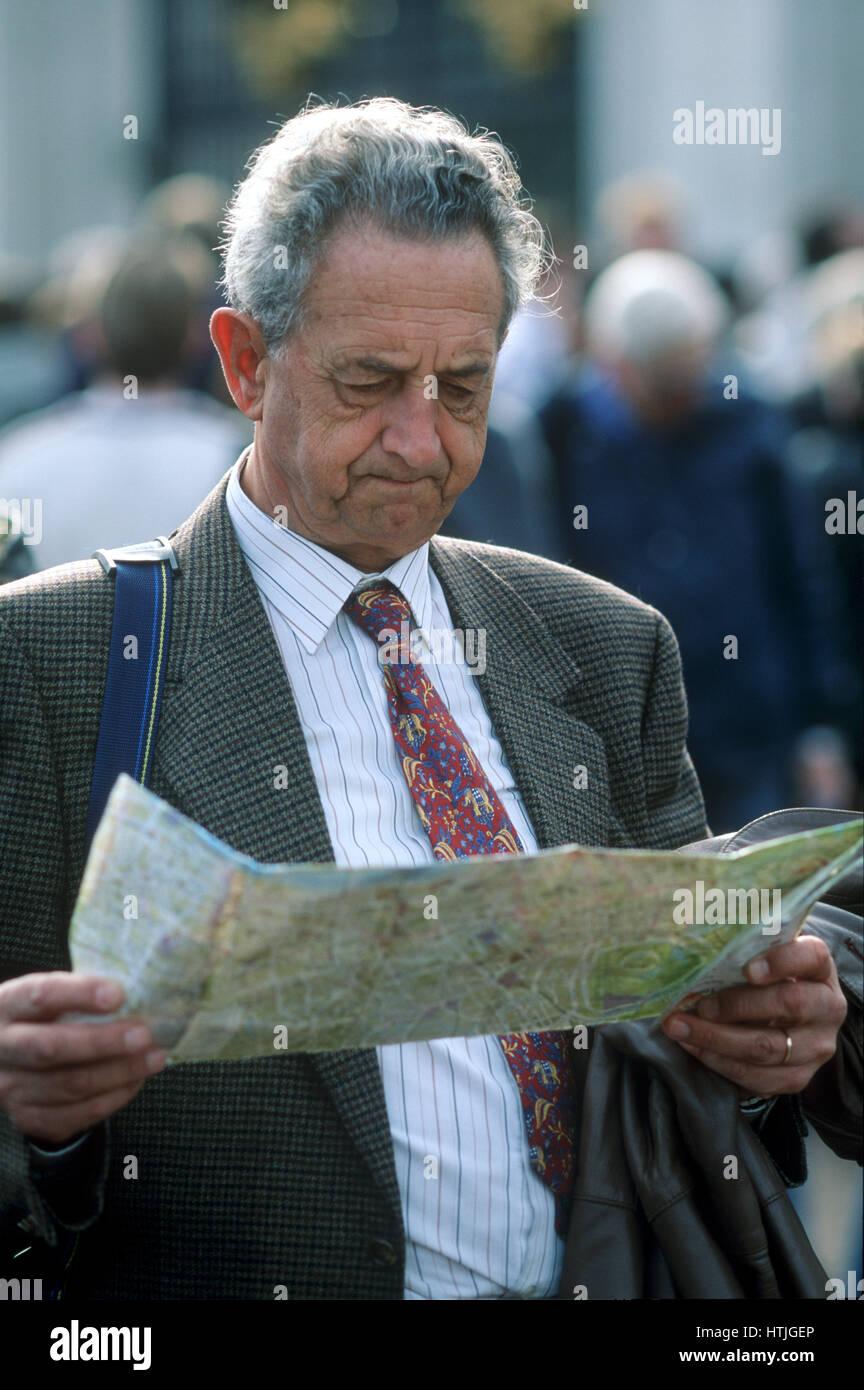 Dieser Tourist mit einer farbigen Krawatte gerade erlebt die Changing of th Wachablösung am Buckingham Palace Stockbild