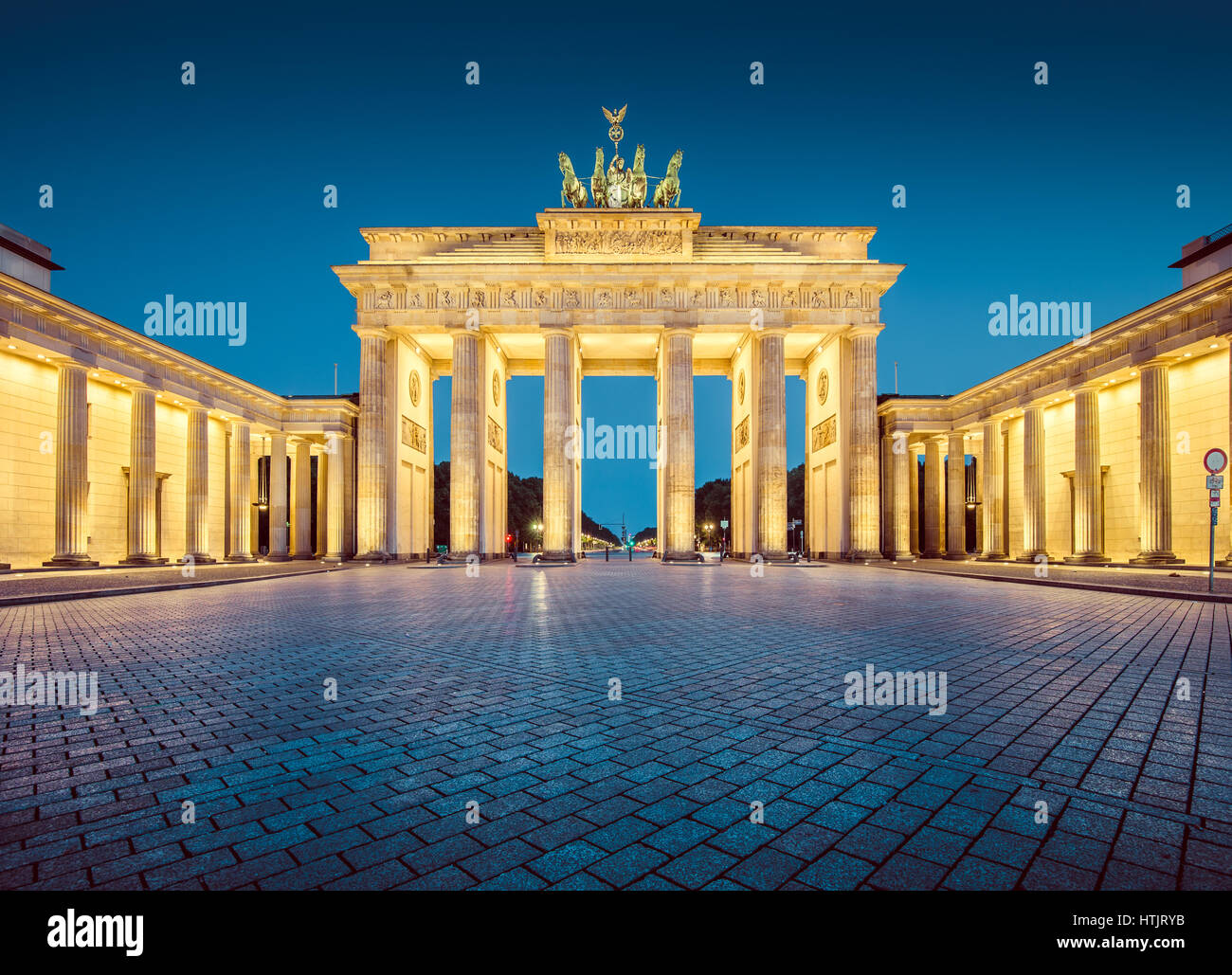 Panorama des berühmten Brandenburger Tor (Brandenburger Tor), eines der bekanntesten Wahrzeichen und nationale Symbole Stockfoto
