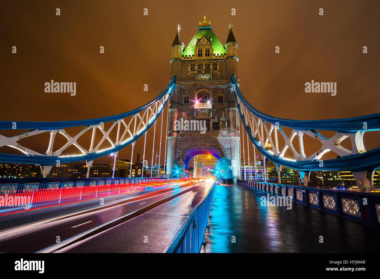 Tower Bridge bei Nacht beleuchtet. London, Vereinigtes Königreich. Stockbild