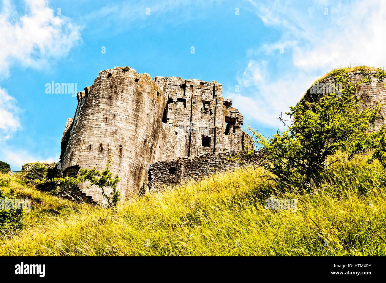 Den Bergfried der romantische Ruinen der 1000 Jahre alten Corfe Castle über gefallenen Türme und Mauern, Stockbild