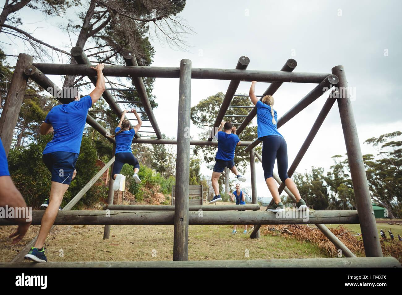Klettergerüst Monkey Bar : Rückansicht des fit menschen klettern klettergerüst im bootcamp