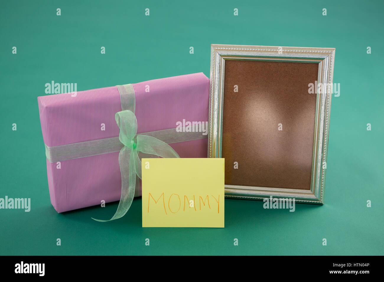 Nahaufnahme der Geschenk-Box, Bilderrahmen mit Text Mutter auf Karte ...