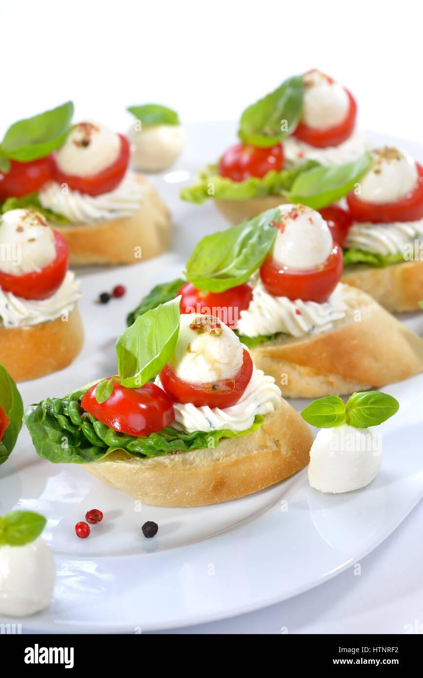 K stliche kalte vorspeisen scheiben baguette mit cherry for Mozzarella canape