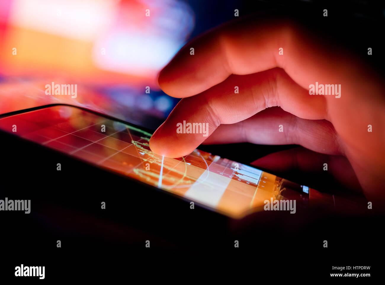 Eine Person mit einem tragbaren Gerät zu Geschäftsdaten anzeigen. Mobiltechnologie-Konzept. Stockbild