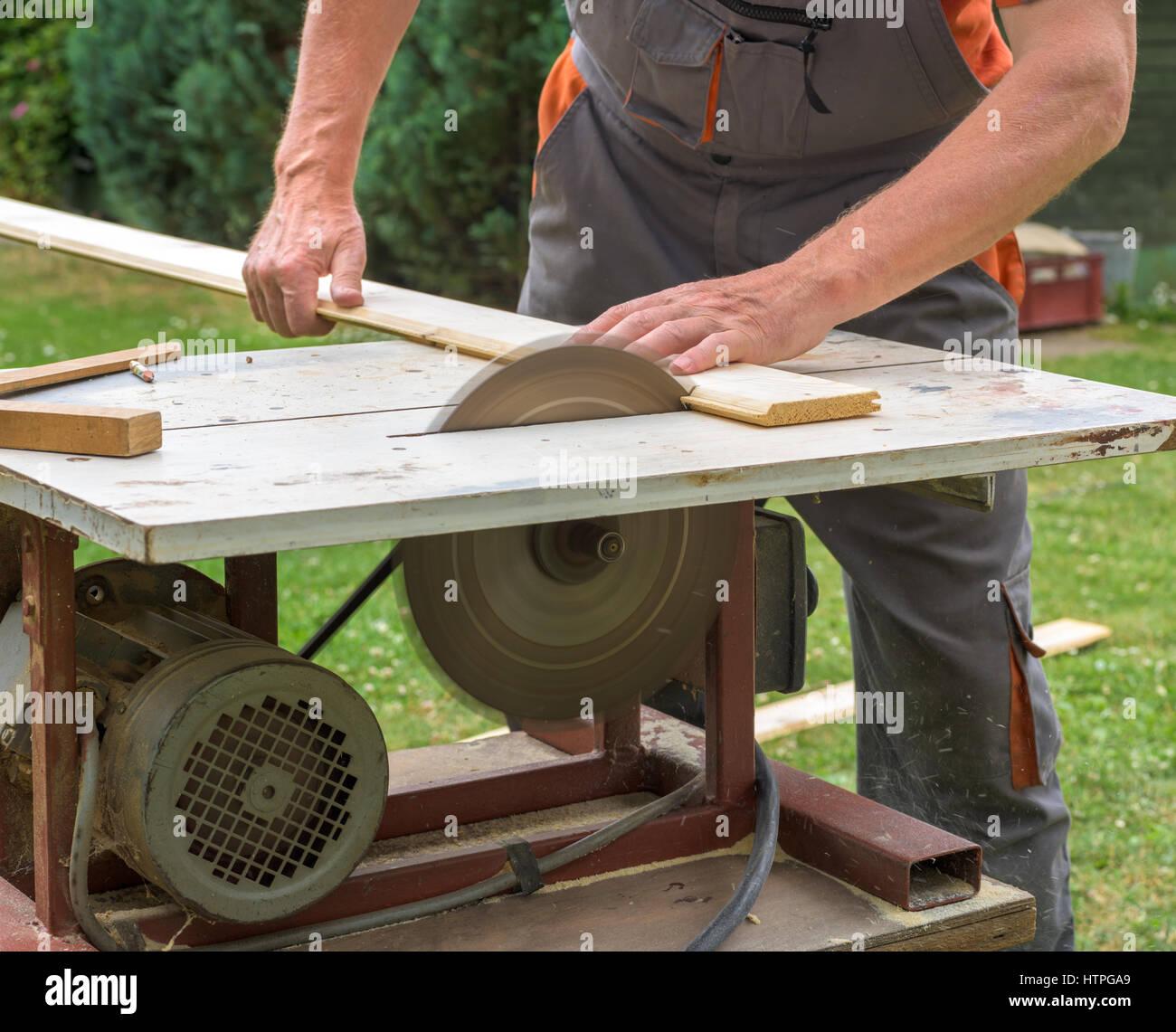 Fabelhaft Tischler arbeiten mit elektrischen Kreissäge Schneiden von Holz &SE_46