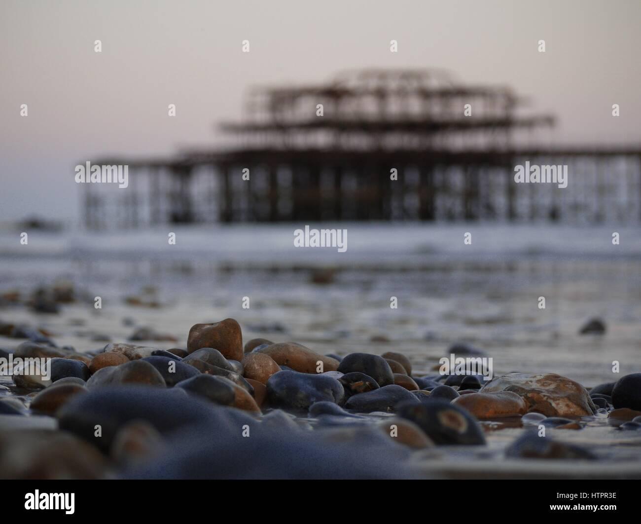 Sonnenuntergang am Pier West, Brighton und Hove, UK. Stockbild