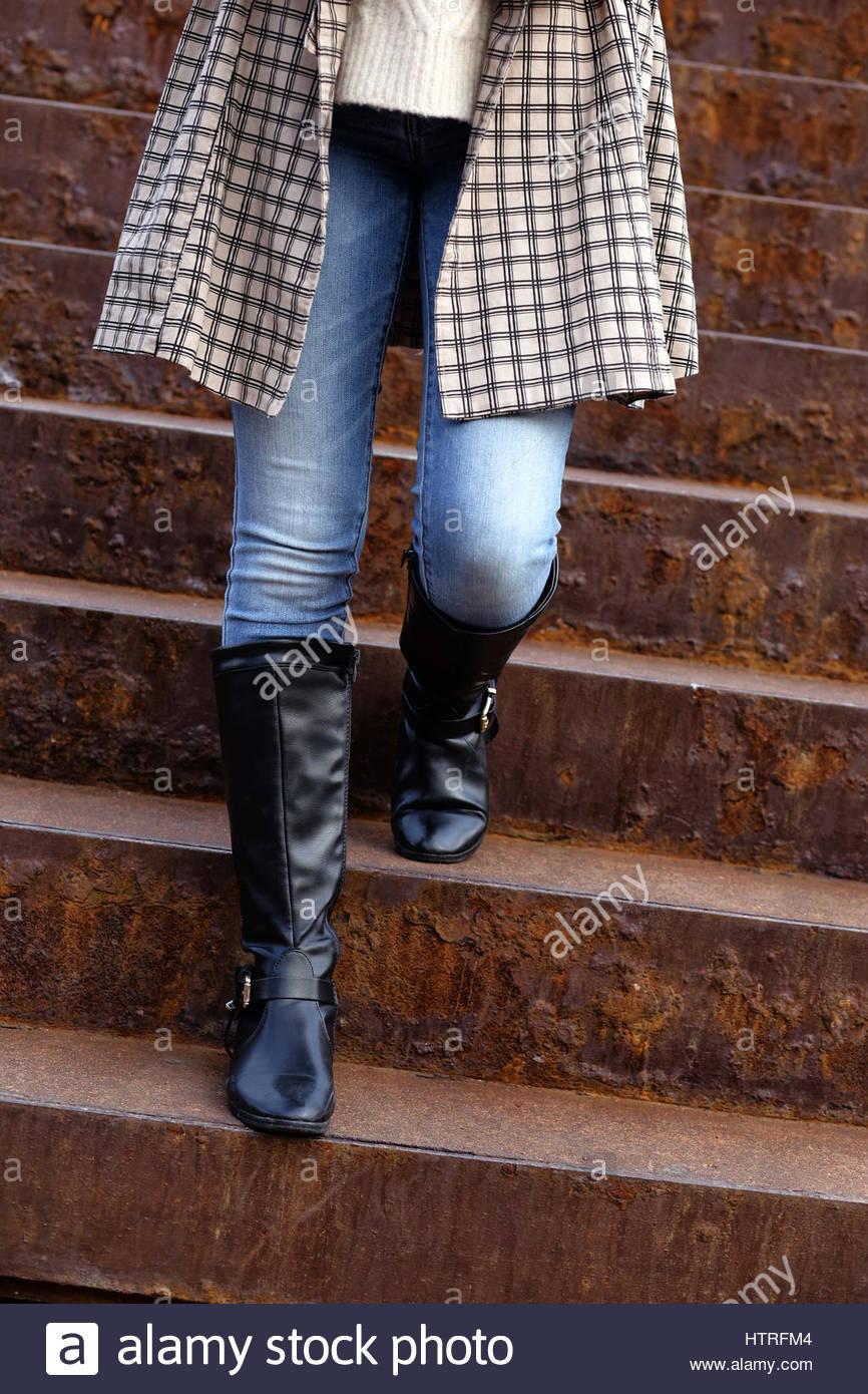 Wohlgeformte weibliche Beine in hohe Wildleder Stiefel
