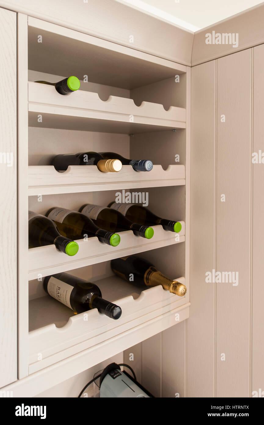 Moderne Weinregal installiert in eine moderne Creme farbige Küche ...