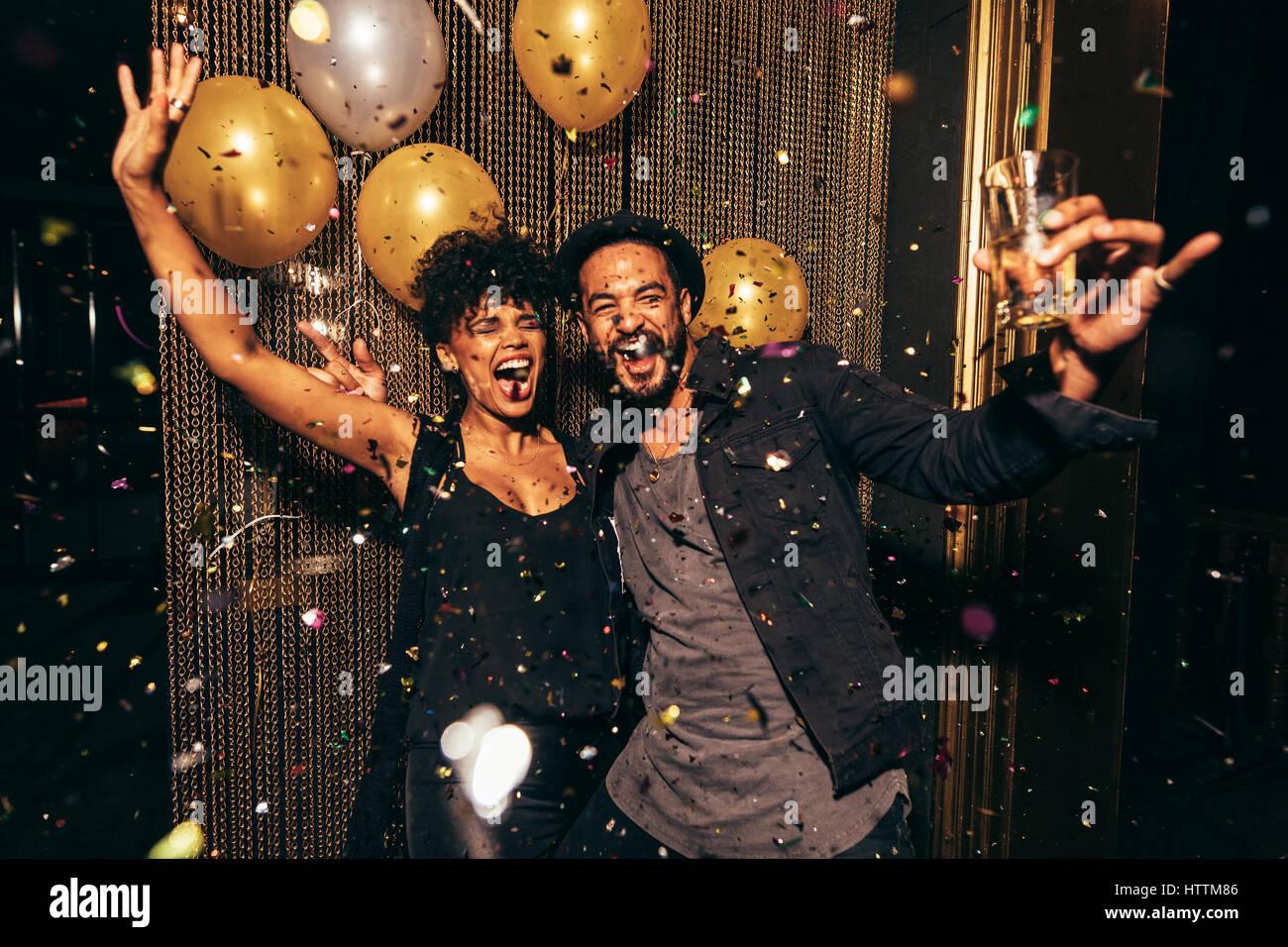 Schuss von energetischen Paare tanzen in der Diskothek. Junger Mann und Frau, die Spaß am Pub feiern. Stockbild