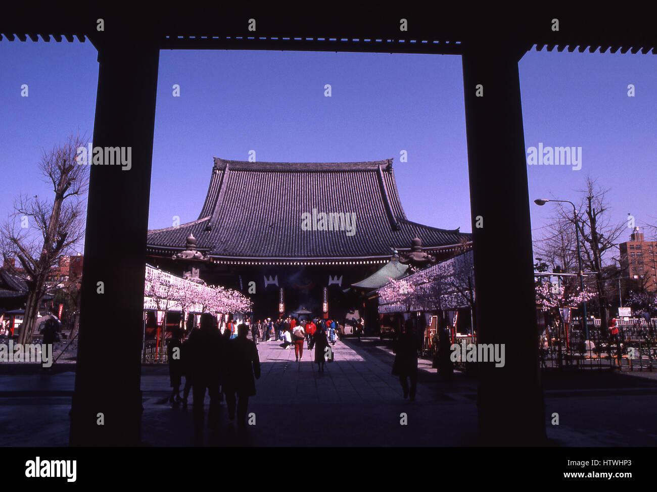 Blick auf den Asakusa-Kanon-Tempel im Abschnitt Asakusa in Tokyo, Japan.  Es ist die älteste und bekannteste Stockbild