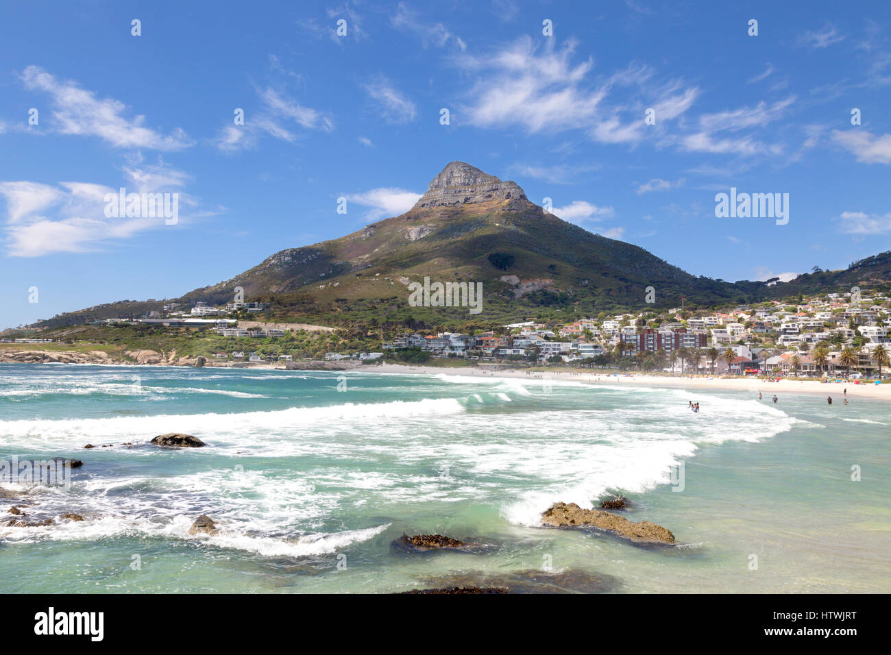 Cape Town Camps Bay Strand Südafrika - mit den Lions Head Berg, Südafrika Stockbild