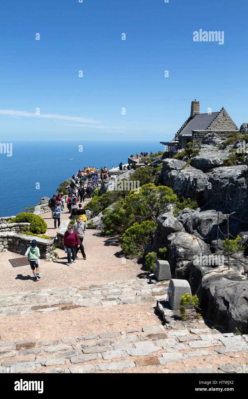 Table Mountain Top, Kapstadt, Südafrika - Besucher, Geschenk-Shop und café Stockbild