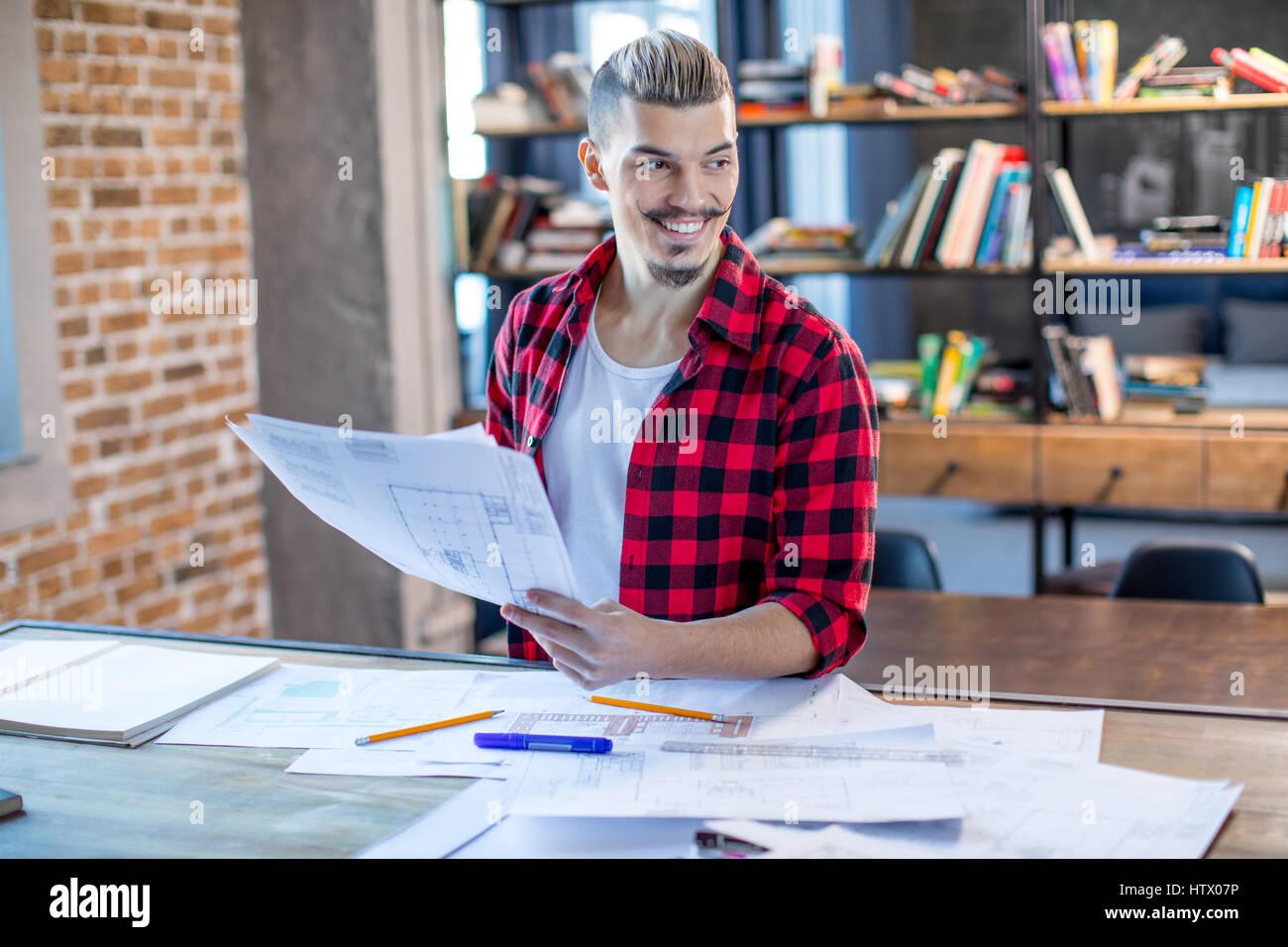 Männliche Architekt mit Blaupausen Stockbild