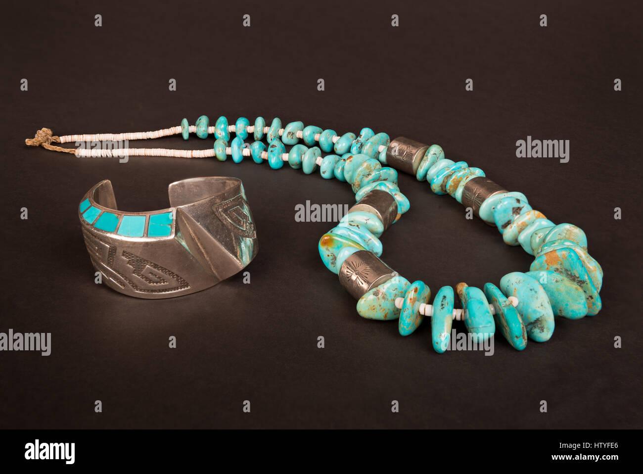 Antike native american Sterling Silber, Hohl- form Manschette Armband mit  Overlay und Türkis Inlay, und grosse Türkis nugget und Silber Halskette. 9790738e7b