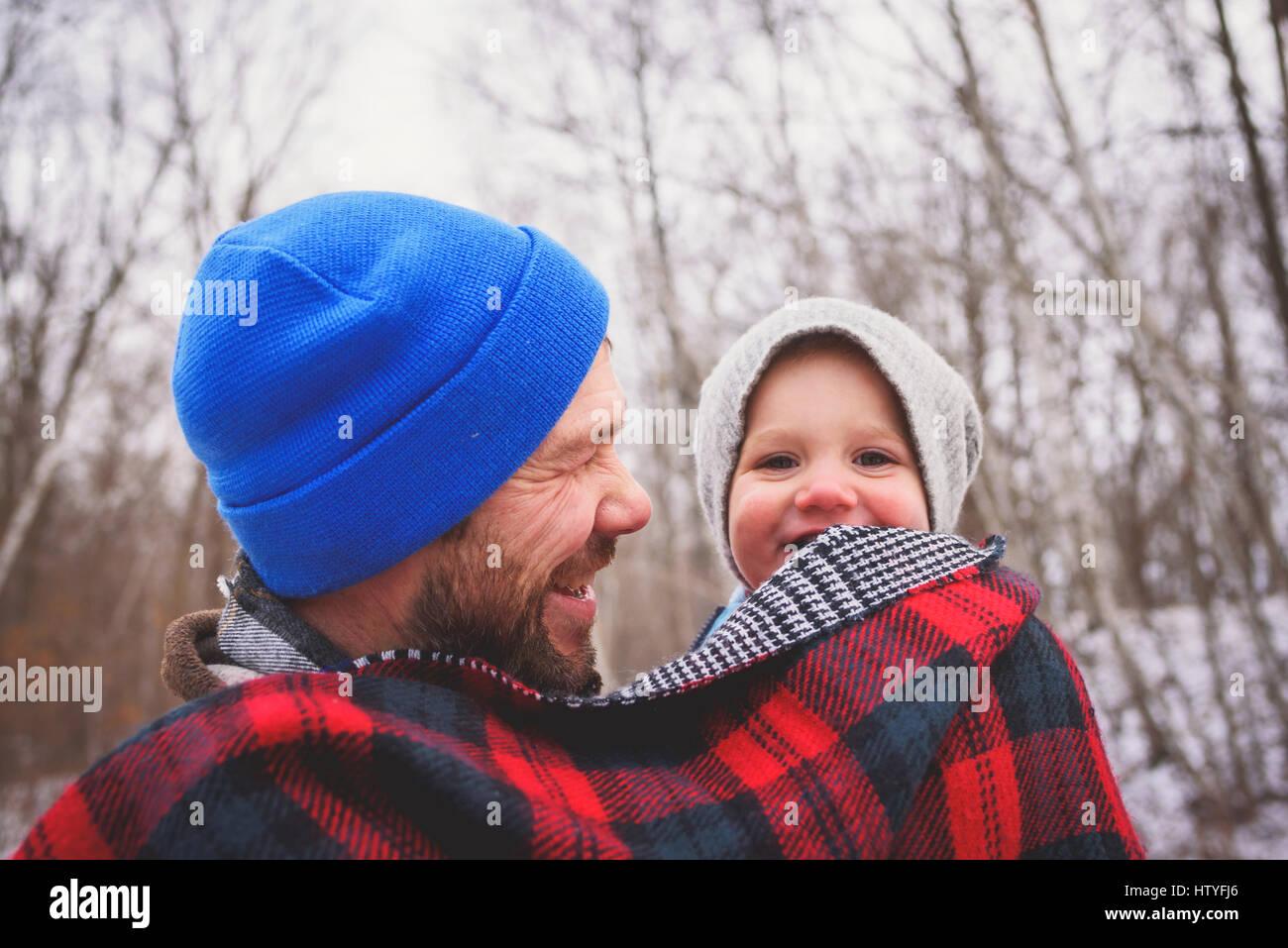 Vater und Baby Sohn in eine Decke gehüllt Stockbild