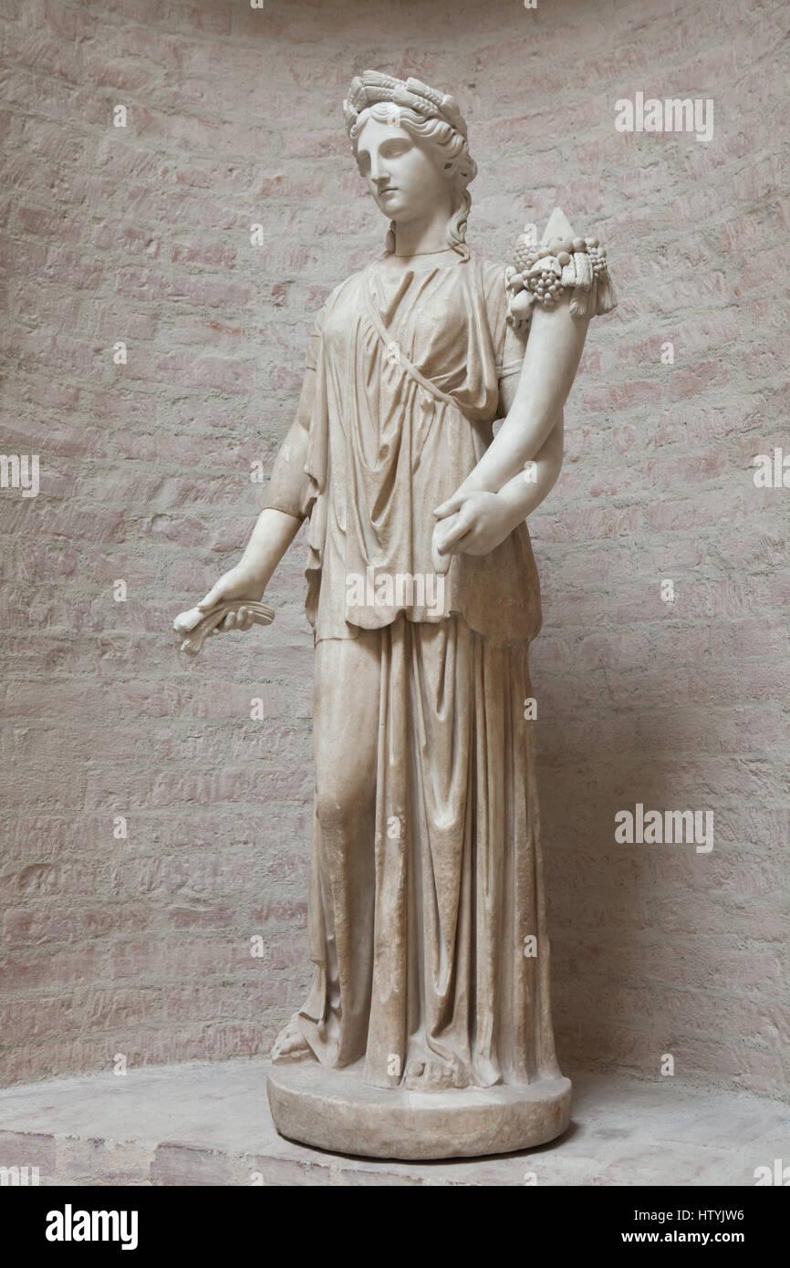 statue der artemis r mische kopie nach einem griechischen. Black Bedroom Furniture Sets. Home Design Ideas