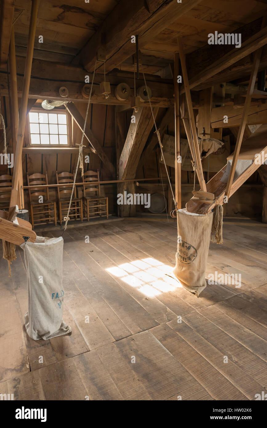 Interieur aus Holz, der die historische Getreidemühle Bataaf in ...