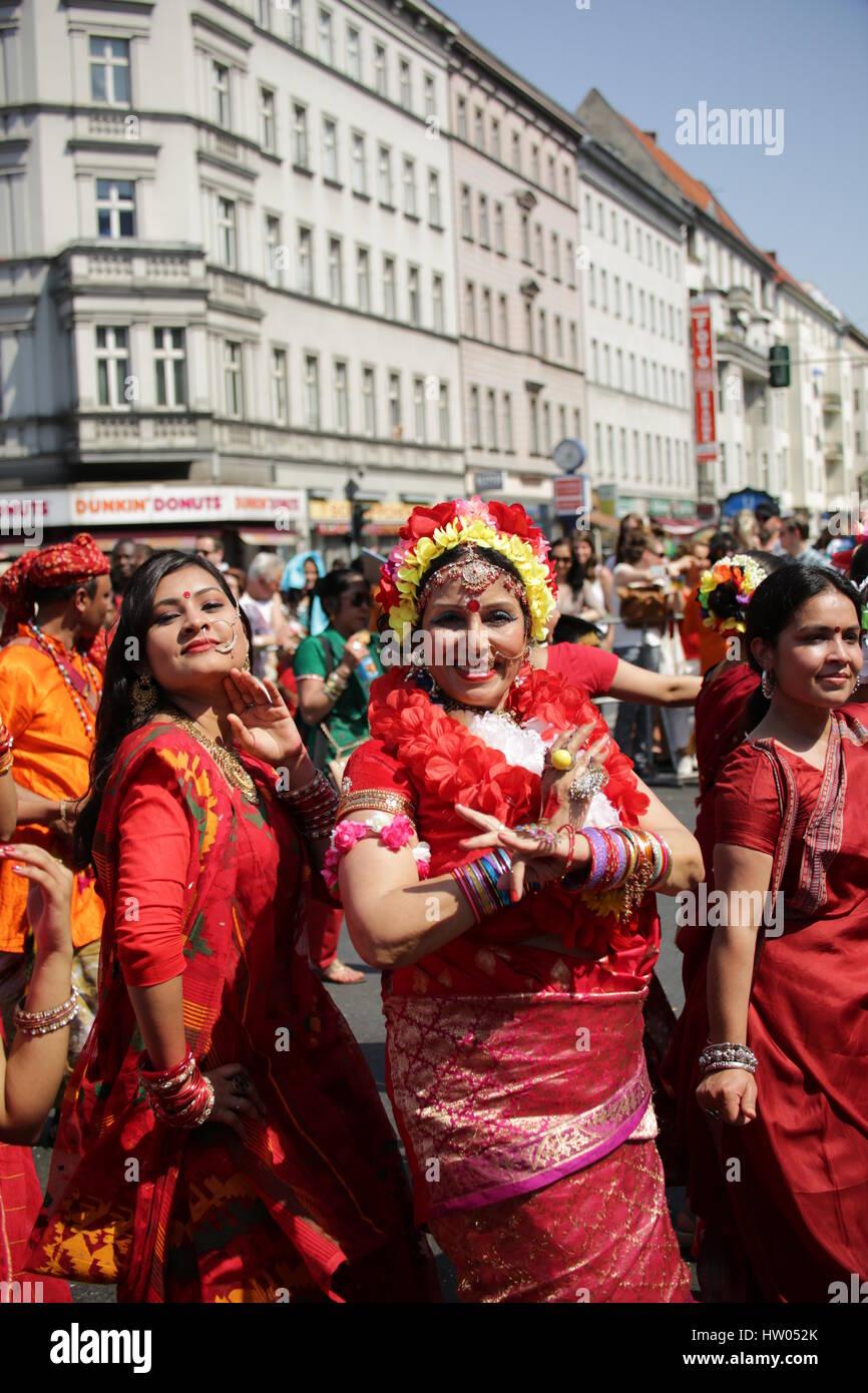 Berlin, Deutschland, 8. Juni 2014: Tänzerin Gruppen feiern Karneval oOf Kulturen. Stockbild