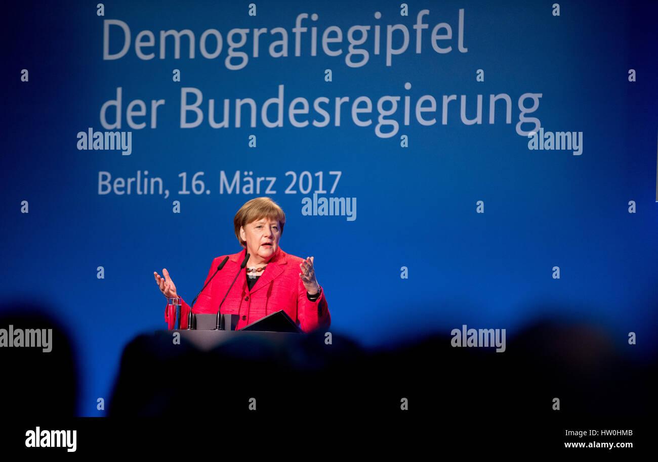 Berlin, Deutschland. 16. März 2017. Deutsche Bundeskanzlerin Angela Merkel (CDU) spricht auf dem demografischen Stockbild