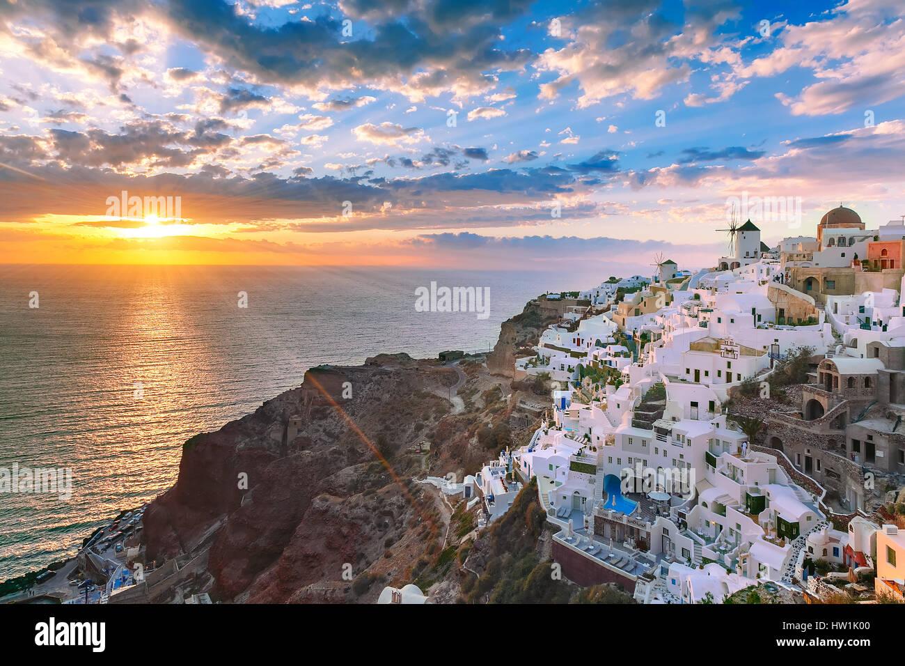 Oia oder Ia bei Sonnenuntergang, Santorini, Griechenland Stockbild