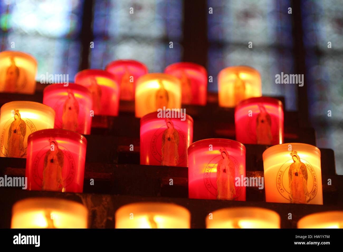 Kerzen in der Kathedrale von Paris, Frankreich Stockbild