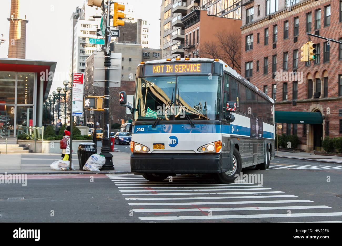 """Eine """"Nicht im Dienst"""" MTA Bus ist ein biegen Sie in die erste Straße in Manhattan. Stockbild"""