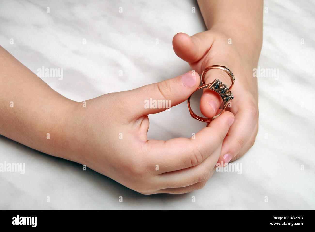 Hände des Mädchens, das versucht, an den Ringen Stockbild