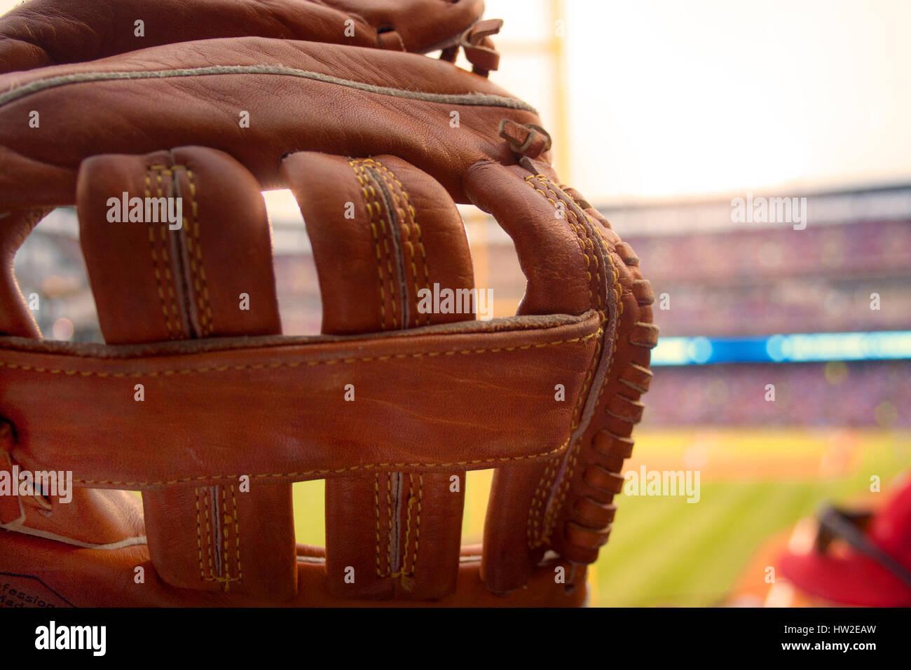 Ein Baseballhandschuh bereit, einen Foul Ball bei einem Baseballspiel zu fangen. Stockbild