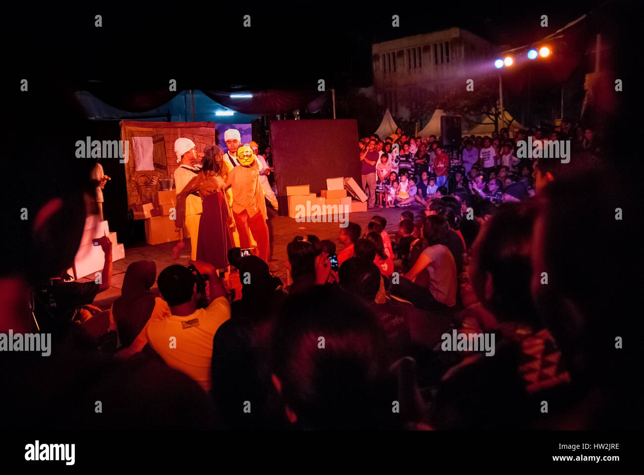 "Menschenmenge beobachten das Papermoon Puppentheater zeigen unter dem Titel ""SirdusKarkus"" auf dem Platz Stockbild"