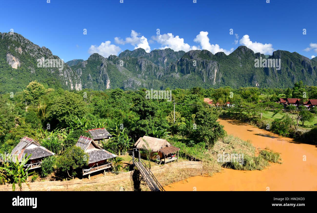 Das Dorf in Vangvieng auf dem Lande von Laos in der klaren Sonne Beleuchtung mit blauem Himmel. Stockbild